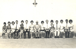1960-1961年度首任校長黃國賢校長 與全體教師合照