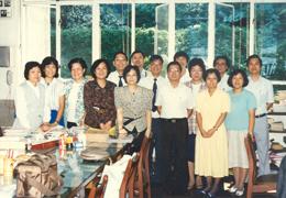 1987年廖遠流校長與全體教職員於教員室合照