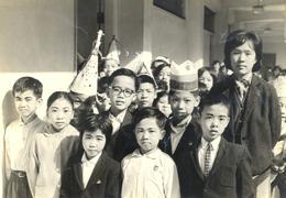 1964年聖誕節聯歡會當天, 鄭潔楨老師與同學們合照