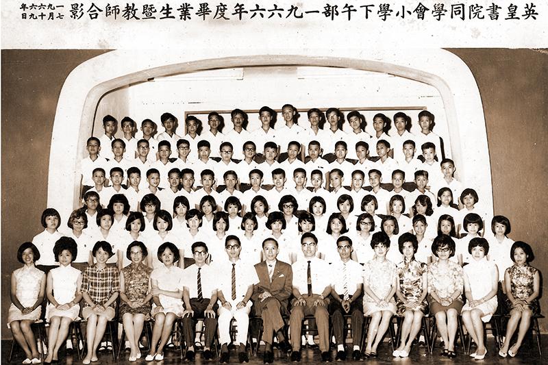 1966年7月19日陳象巍校長、 全體教師及第六屆畢業生合照(陳焯標校長提供)